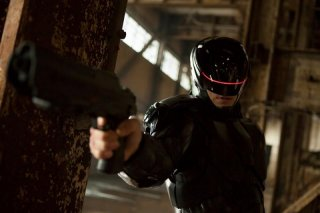 Robocop: Joel Kinnaman nei panni di Robocop in una scena del film