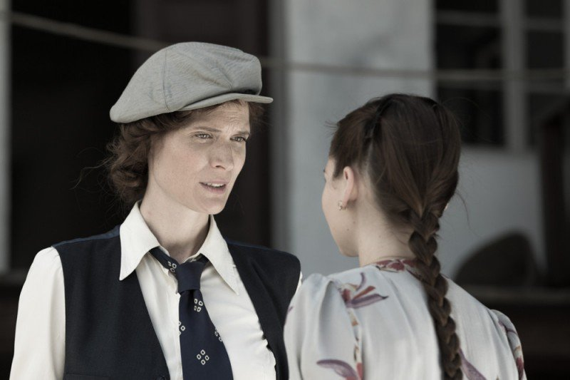 Anita B Eline Powell Di Spalle Con Jane Alexander In Una Scena 296436