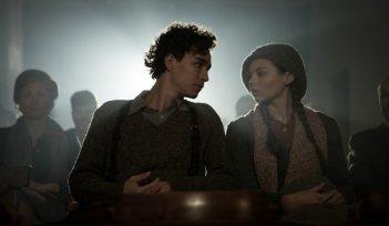 Anita B.: Robert Sheehan al cinema con Eline Powell in una scena del film