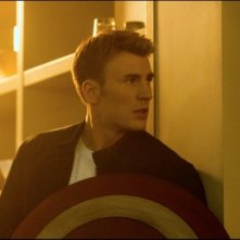 Captain America: The Winter Soldier: un primo piano di Chris Evans con lo scudo in mano