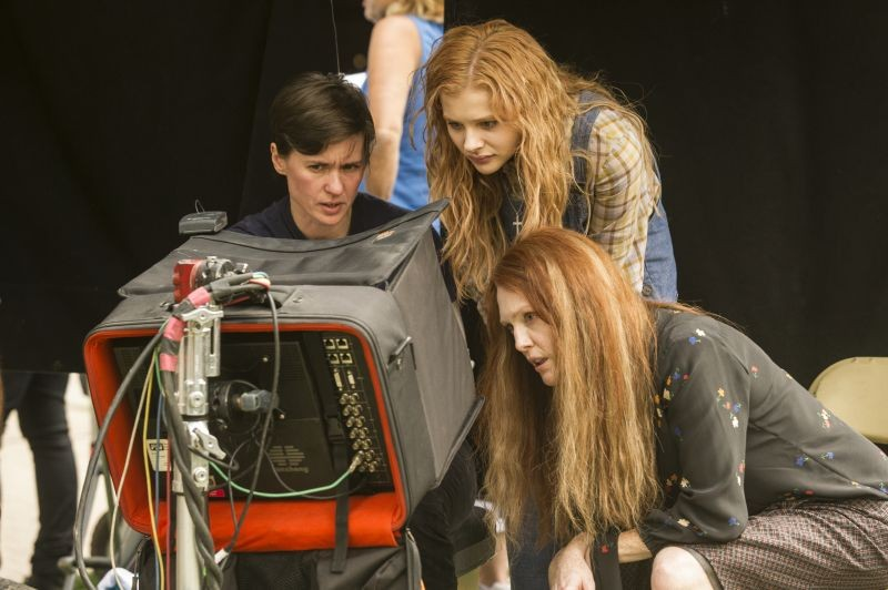 Carrie Julianne Moore E Chloe Moretz Sul Set Con La Regista Kimberly Peirce Sul Set 296706