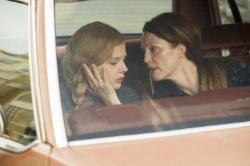 Carrie: Julianne Moore insieme a Chloe Moretz in una scena