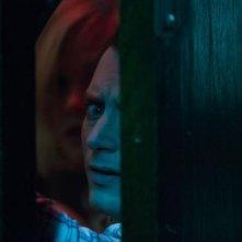 Cooties: Elijah Wood ed Alison Pill spiano la situazione nascosti dietro una porta