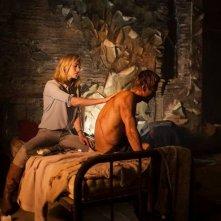 I, Frankenstein: Yvonne Strahovski cura le ferite di Aaron Eckhart in una scena del film fantasy