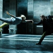 I, Frankenstein: Yvonne Strahovski e Aaron Eckhart in una spettacolare scena del film fantasy