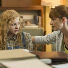 Lo sguardo di Satana - Carrie: Chloe Moretz con la sua insegnante (Judy Greer) in una scena del film