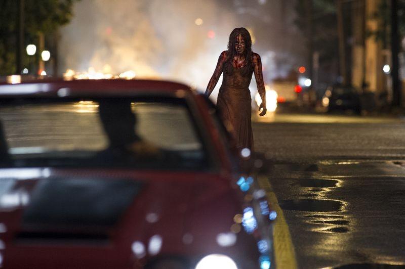 Lo Sguardo Di Satana Carrie Chloe Moretz Insanguinata Cammina Smarrita Per Le Strade 296713