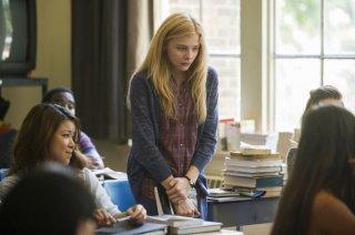 Lo sguardo di Satana - Carrie: Chloe Moretz nei panni di Carrie in una scena scolastica del film