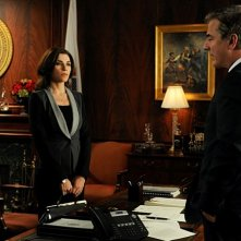 The Good Wife: Julianna Margulies e Chris Noth in una scena dell'episodio We, the Juries