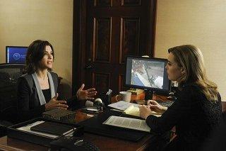 The Good Wife: Julianna Margulies e Melissa George in una scena dell'episodio We, the Juries