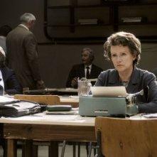 Barbara Sukowa è Hannah Arendt in una scena del film