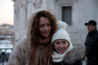 Amori elementari:Cristiana Capotondi con una delle piccole protagoniste del film in una scena