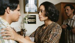 Chavez: Michael Pena e Rosario Dawson in una scena del film