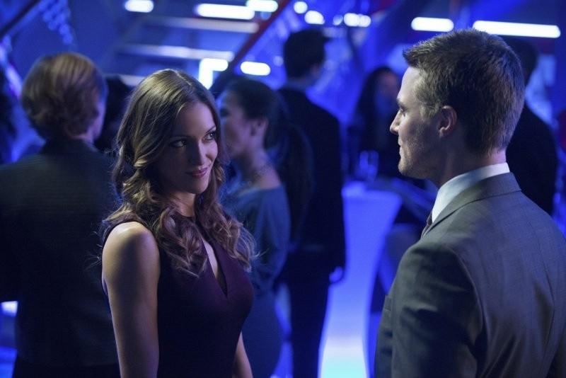 Arrow Katie Cassidy E Stephen Amell In Una Scena Dell Episodio Blast Radius 296987