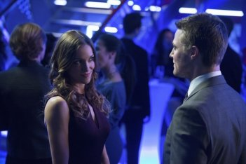 Arrow: Katie Cassidy e Stephen Amell  in una scena dell'episodio Blast Radius