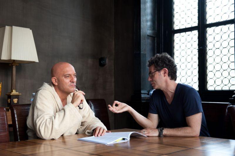 La Gente Che Sta Bene Claudio Bisio Sul Set Del Film Con Il Regista Francesco Patierno 296972