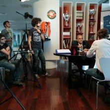 Amore oggi: Enrico Bertolino, Alessandro Tiberi con i registi sul set dell'episodio Il campione