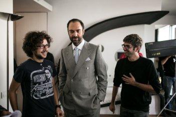 Amore oggi: Neri Marcorè con i registi sul set dell'episodio Il campione