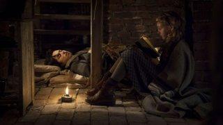 Storia di una ladra di libri: Sophie Nélisse in una scena del film con Ben Schnetzer