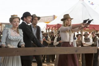 A Million Ways to Die in the West: Neil Patrick Harris, Amanda Seyfried e Seth Macfarlane osservano la pistolera Charlize Theron e