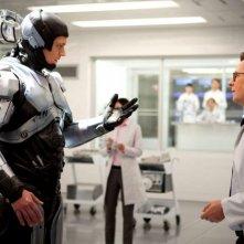 Robocop: Gary Oldman a confronto con Robocop (Joel Kinnaman) in una scena