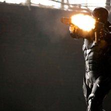 Robocop: il protagonista Joel Kinnaman fa fuoco in una scena del film