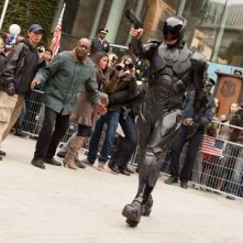 Robocop: il protagonista Joel Kinnaman in una scena del remake diretto da José Padilha