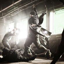 Snowpiercer: Chris Evans combatte per la sopravvivenza in una scena del film