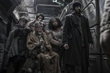 Snowpiercer: Chris Evans e John Hurt in un momento del film
