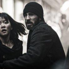 Snowpiercer: Ko Ah-sung con Chris Evans in una scena del film