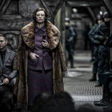 Snowpiercer: un'irriconoscibile Tilda Swinton in un momento del film