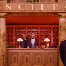 The Grand Budapest Hotel: Ralph Fiennes e Tony Revolori alla reception
