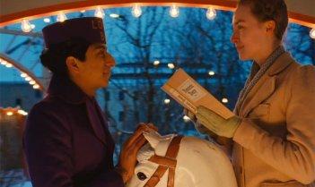 The Grand Budapest Hotel: Saoirse Ronan e Tony Revolori in una scena