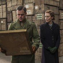 The Monuments Men: Matt Damon e Cate Blanchett osservano un dipinto