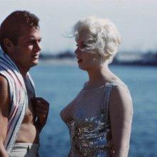 Marilyn Monroe sul set di A qualcuno piace caldo accanto a Tony Curtis