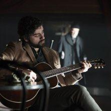 A proposito di Davis: Oscar Isaac in una scena tratta dal film alle prese con la sua chitarra