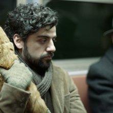 A proposito di Davis: un primo piano di Oscar Isaac con il suo bel micione rosso in una scena tratta dal film