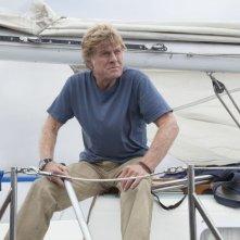 All Is Lost: Robert Redford guarda preoccupato all'orizzonte in una scena del film