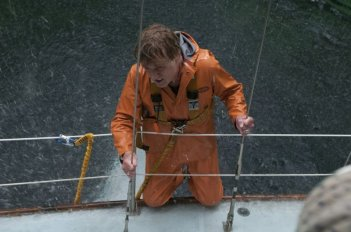 All Is Lost: Robert Redford in difficoltà in alto mare in una scena del film