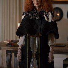 American Horror Story, Coven: Frances Conroy con la clessidra nell'episodio The Seven Wonders