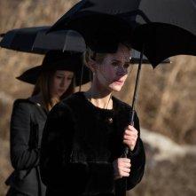 American Horror Story, Coven: Sarah Paulson con Taissa Farmiga nell'episodio The Seven Wonders, finale della terza stagione