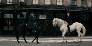 Storia d'inverno: Colin Farrell e Russell Crowe si affrontano a cavallo in una scena del film