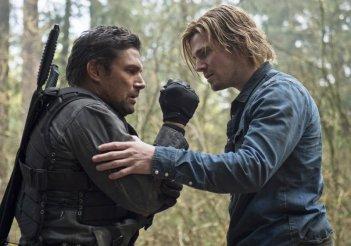 Arrow: Stephen Amell e Manu Bennett in una scena dell'episodio Tremors