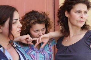 In grazia di Dio: Celeste Casciaro in una scena del film con Laura Licchetta e Barbara De Matteis