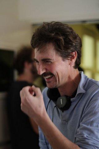 In grazia di Dio: Edoardo Winspeare sorridente sul set del film