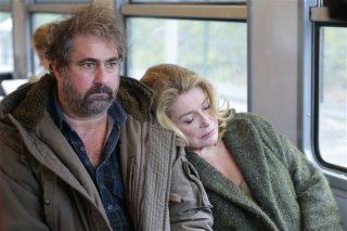 In the courtyard: Gustave de Kervern con Catherine Deneuve in una scena