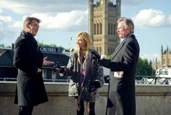Non buttiamoci giù: Pierce Brosnan con Sam Neill e Imogen Poots in una scena