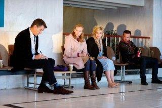 Non buttiamoci giù: Pierce Brosnan in una scena con Toni Collette, Aaron Paul e Imogen Poots