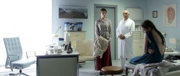 Kreuzweg - Le stazioni della fede: Lea van Acken con Franziska Weisz e Ramin Yazdani in una scena del film