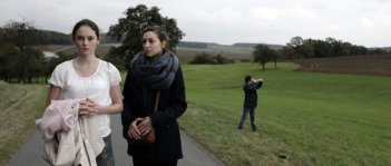 Kreuzweg - Le stazioni della fede: Lea van Acken con Lucie Aron in una scena del film